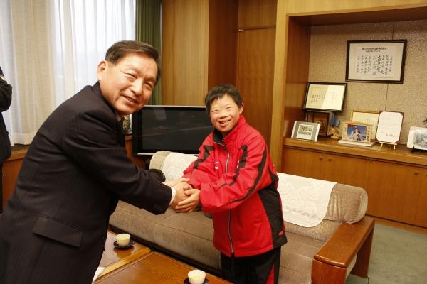 冬季ナショナルゲーム・北海道遠征アスリート青島咲さん(12歳)が、大町市長を表敬訪問に伺いました。