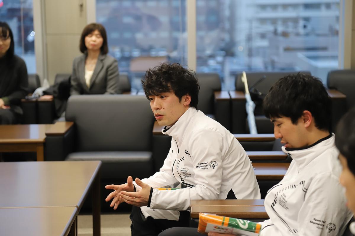 2月19日 小山さん ユニファイドサッカーについて説明しています