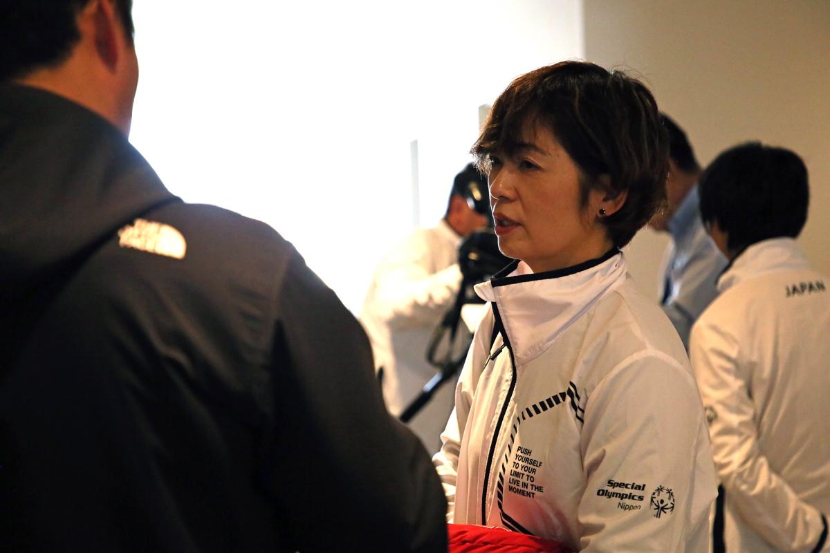 2月18日 中野市訪問 メディアの取材に応じる春原コーチ
