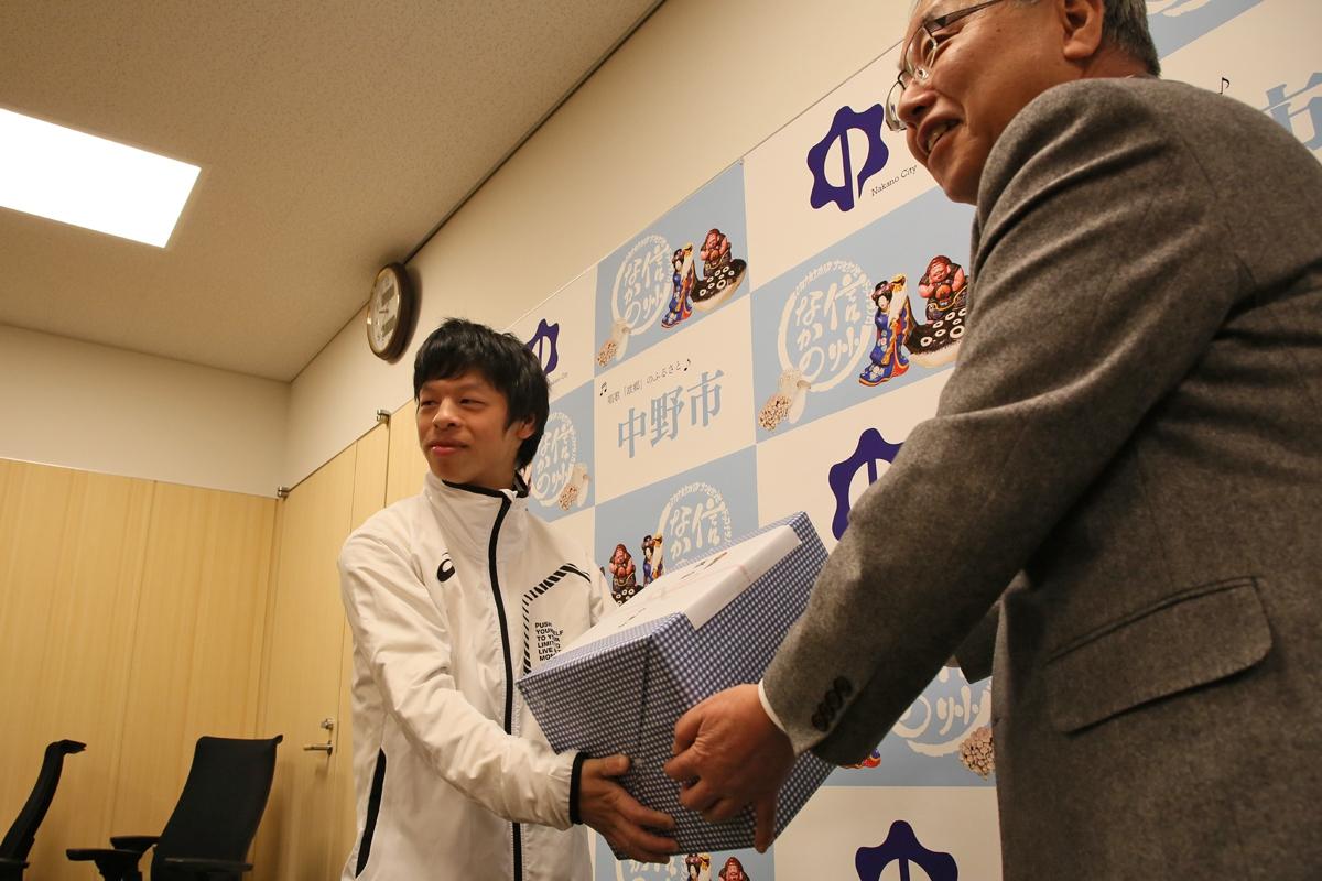 2月18日 中野市訪問 記念品は大きさからしてサッカーボールでしょうか?