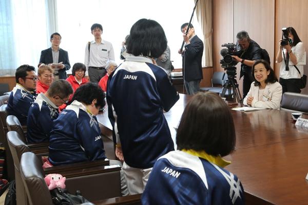 中島副知事に大会の様子を報告
