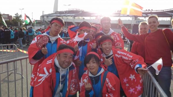 開会式に日本カラーのSOハッピで参加しました。
