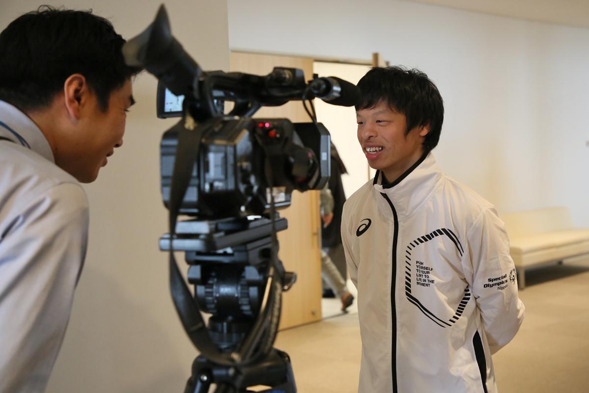 2月18日 中野市訪問 地元メディアの取材に応じる翔君