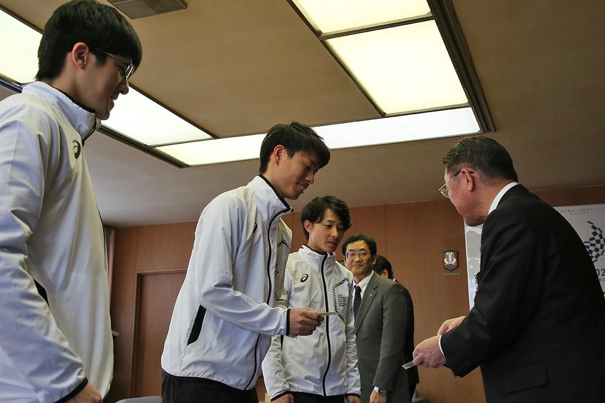 2月14日 上田市訪問 土屋市長と名刺交換