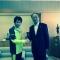 白鳥伊那市長と固く握手を交わし、メダルを目指すと決意表明!
